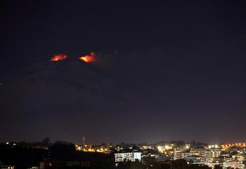 نمایی از فعالیت آتشفشان کوه اتنا از شهر کاتانیا ایتالیا/ رویترز