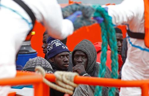 نجات پناهجویان آفریقایی در دریای مدیترانه از سوی گارد ساحلی اسپانیا/ رویترز