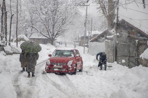 بارش برف سنگین در کشمیر/ آسوشیتدپرس