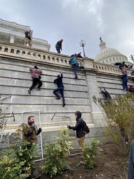 تصویری از تلاش هواداران ترامپ برای حمله به کنگره