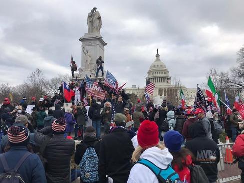 تجمع حامیان ترامپ مقابل کنگره امریکا