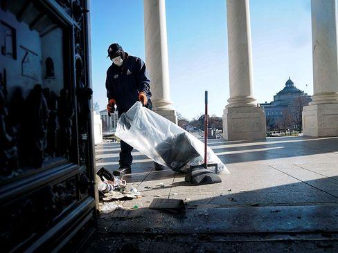 تمیز کردن ساختمان کنگره آمریکا از بقایای حمله روز چهارشنبه حامیان ترامپ/ خبرگزاری فرانسه و رویترز