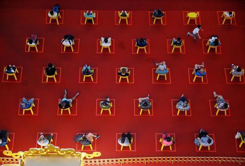 سینما در محوطه باز با رعایت فاصلهگذاری فیزیکی در سنگاپور/ رویترز