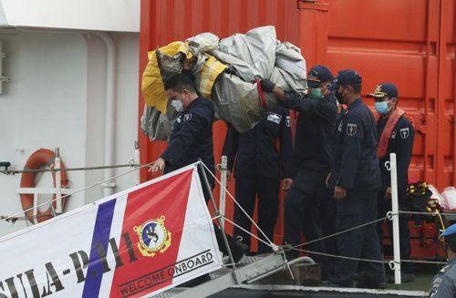 بیرون کشیدن اجساد سرنشینان هواپیمای مسافربری سقوط کرده اندونزی از اقیانوس/ آسوشیتدپرس