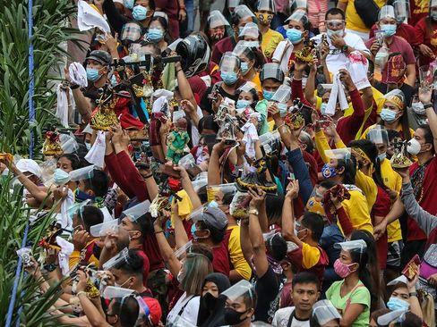 برگزاری مراسم آیینی مسیحیان کاتولیک فیلیپین بدون رعایت فاصلهگذاری و به رغم هشدارهای دولت در مقابل کلیسایی در شهر مانیل/ آسوشیتدپرس و خبرگزاری فرانسه