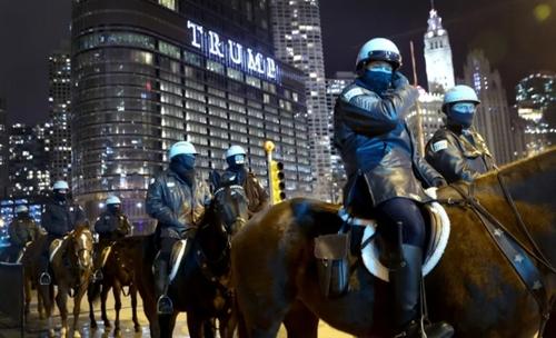 استقرار پلیس اسب سوار در اطراف برج ترامپ در شهر شیکاگو آمریکا همزمان با تظاهرات گروهی از مخالفان در مقابل برج/ گتی ایمجز