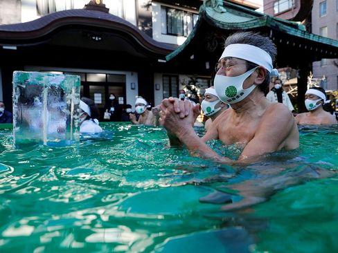 دعا در آب یخ برای پایان یافتن بحران کرونا در مراسم سالانه