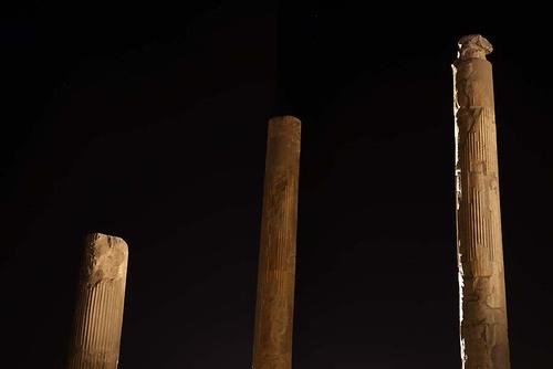 ستونهای بلند کاخ آپادانا (ارتفاع این ستونها به ۲۴ متر میرسیدهاست)