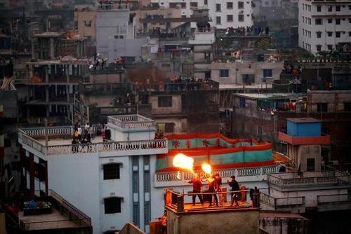 آتش بازی در پشت بام منازل در شهر داکا بنگلادش در جشنواره