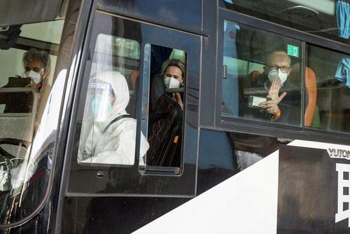 ورود تیم بازرسی سازمان بهداشت جهانی به فرودگاه بین المللی شهر ووهان چین. اعضای تیم باید طبق قوانین داخلی چین ابتدا 2 هفته به قرنطینه بروند./ رویترز