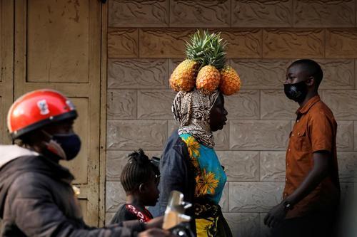 یک زن آناناس فروش در شهر کامپالا پایتخت اوگاندا/ رویترز