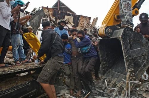 امدادرسانی به زلزله زدگان اندونزی/ آسوشیتدپرس