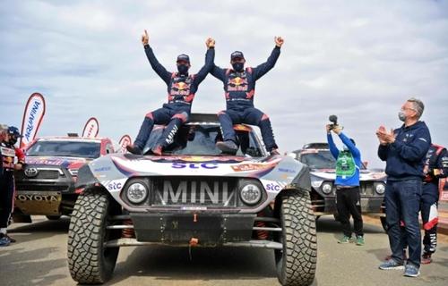 شادمانی تیم فرانسه از قهرمانی در مسابقات اتومبیلرانی رالی داکار در عربستان سعودی/ خبرگزاری فرانسه