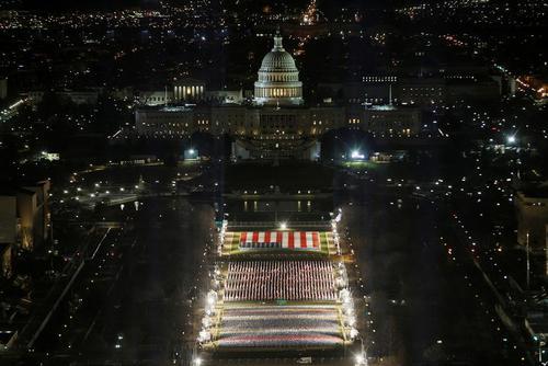نمایی از سکوی آماده شده برای برگزاری مراسم تحلیف جو بایدن رییس جمهوری منتخب آمریکا در مقابل ساختمان کنگره در شهر واشنگتن دی سی/ pool