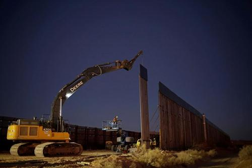 ادامه عملیات احداث دیوار مرزی در ایالت نیومکزیکو آمریکا و در مرز بین ایالات متحده آمریکا با مکزیک/ رویترز