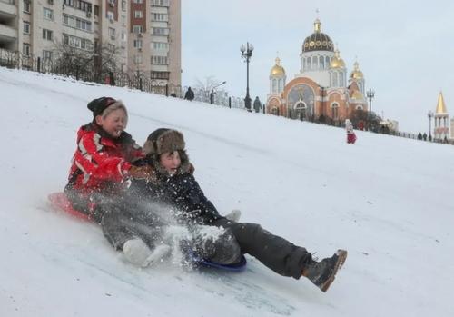 برف بازی در پایتخت اوکراین/ EPA
