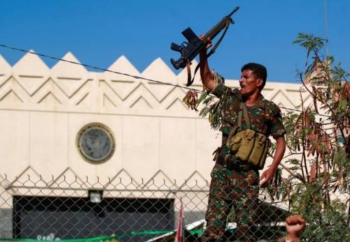 تظاهرات اعتراضی طرفداران و شبه نظامیان عضو جنبش انصارالله یمن (حوثی ها) در مقابل سفارت تعطیل شده آمریکا در شهر صنعا در پی اقدام دولت ترامپ در قرار دادن نام انصارالله در فهرست گروه های تروریستی/ خبرگزاری فرانسه