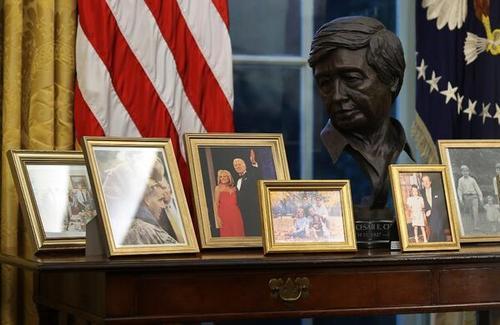 عکس های پشت میز کار رییس جمهوری جدید آمریکا (+عکس)