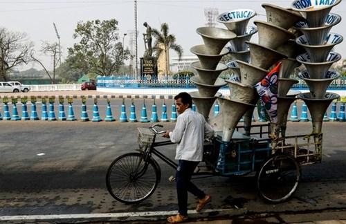 حمل بلندگو به یک میتینگ سیاسی در شهر کلکته هند/ آسوشیتدپرس