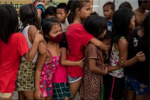 صف توزیع غذای رایگان در شهر مانیل (پایتخت) فیلیپین/ رویترز