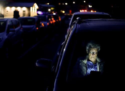 انتظار زن 81 ساله داخل خودرو در صف یک مرکز واکسیناسیون در ایالت واشنگتن آمریکا/ رویترز