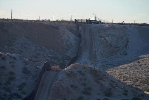 توقف پروژه ساخت دیوار مرکزی بین آمریکا و مکزیک در ایالت نیومکزیکو آمریکا پس از امضای یک فرمان اجرایی از سوی بایدن برای متوقف شدن ساخت دیوار مرزی/ رویترز