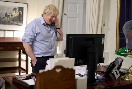 بوریس جانسون نخست وزیر بریتانیا در حال مکالمه تلفنی با جو بایدن رییس جمهوری جدید آمریکا از دفتر کارش/ دفتر نخست وزیری بریتانیا