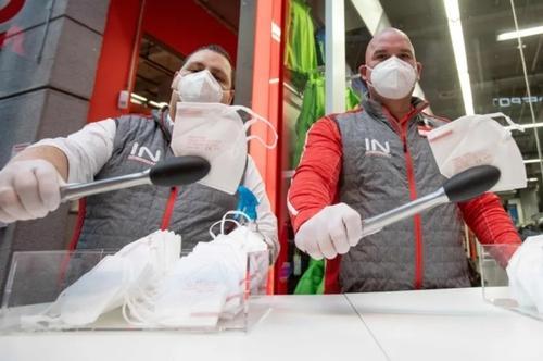 توزیع ماسک بین مشتریان یک سوپرمارکت در شهر وین اتریش/ خبرگزاری فرانسه