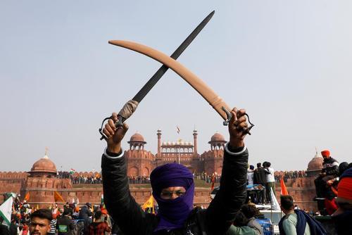 دیدنی های امروز؛ از اعتراضات کشاورزان هند تا گریه روبات آلمانی