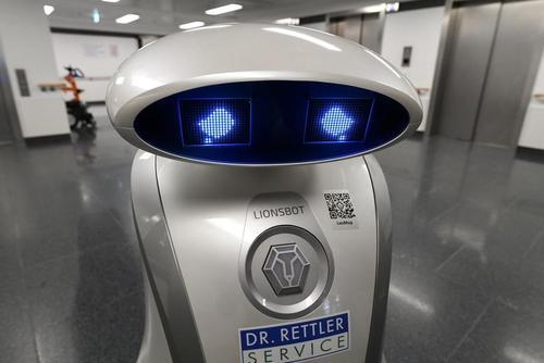گریه یک روبات تمیز کننده سطوح در بیمارستانی در شهر مونیخ آلمان/ رویترز