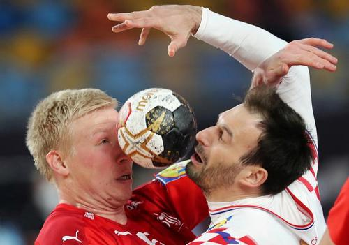 نزاع دوبازیکن هندبال تیم ملی دانمارک و کرواسی بر سر توپ در رقابت های جام جهانی هندبال در شهر قاهره مصر/ رویترز