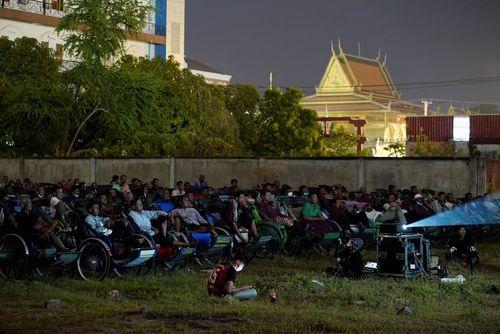 نمایش فیلم در فضای باز برای رانندگان سه چرخه های مسافرکش در شهر پنوم پن کامبوج/ رویترز