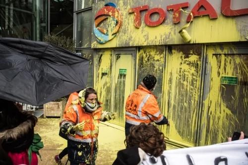 حمله کارگران و کارمندان تعدیل شده شرکت فرانسوی توتال به دفتر مرکزی این شرکت در شهر پاریس در پی تعطیلی یک پالایشگاه و بیکار شدن آنها/ EPA