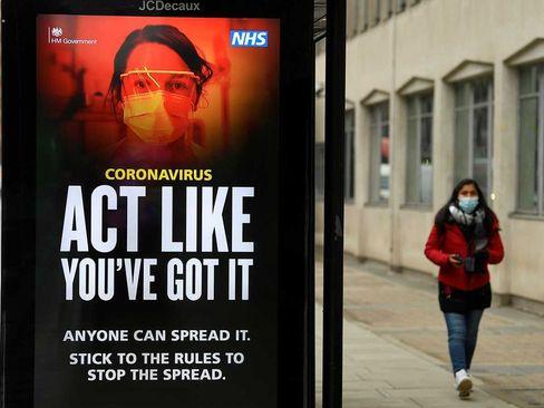 هشدارها و توصیه های بهداشتی علیه کرونا در ایستگاه اتوبوسی در شهر لندن/ رویترز