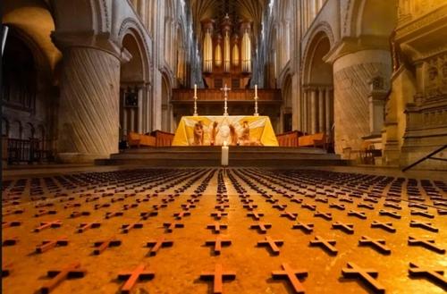 گذاشتن هزار صلیب خوابیده روی زمین در کلیسای جامع