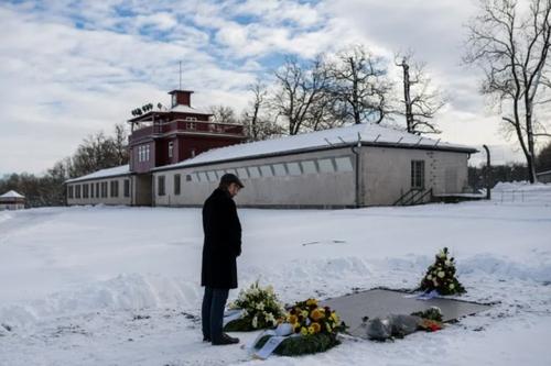 یادبود قربانیان هولوکاست (کشتار یهودیان از سوی آلمان نازی) در روز جهانی یادبود هولوکاست در مقابل یک اردوگاه کار اجباری یهودیان در دوره آلمان نازی در وایمار آلمان/ خبرگزاری فرانسه