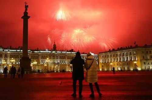 تماشای آتش بازی در میدان قصر شهر سن پترز بورگ روسیه در هفتادوهفتمین سالگرد پایان محاصره این شهر از سوی ارتش آلمان نازی در جنگ دوم جهانی/ ایتارتاس