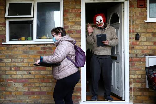 تست خانگی از داوطلبان بریتانیایی برای بررسی ویروس جهش یافته کرونا / رویترز