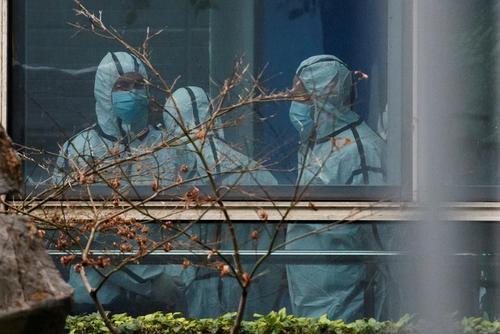 اعضای تیم سازمان بهداشت جهانی با لباس محافظ در حال تحقیق و بررسی از منشا ویروس کرونا در شهر ووهان چین/ مرکز پیشگیری و کنترل بیماری های همه گیر حیوانات در شهر ووهان چین/ رویترز