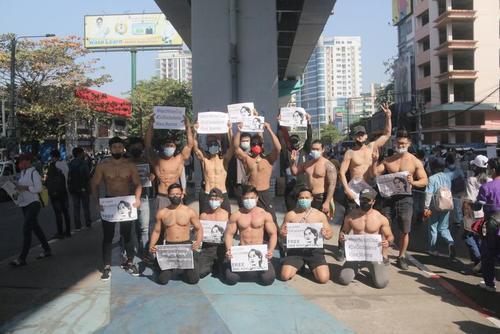 تظاهرات بر ضد کودتای ارتش در شهر یانگون میانمار/ رویترز