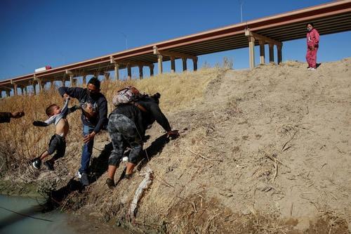 عبور مهاجران آمریکای مرکزی از رود