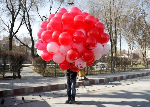 فروش بادکنک به مناسبت ولنتاین در شهر کابل افغانستان/ رویترز