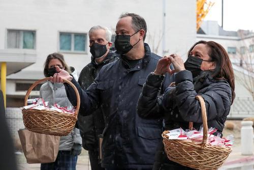 توزیع شیرینی مخصوص از سوی معاون رییس جمهوری آمریکا و همسرش در میان کادر درمان بیمارستانی در شهر واشنگتن دی سی به مناسبت روز ولنتاین/ رویترز