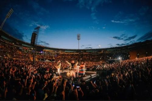 برگزاری کنسرت به مناسبت ولنتاین با حضور 32 هزار شرکت کننده در استادیومی در شهر ولینگتون نیوزیلند/  گاردین