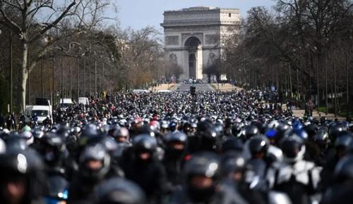 اعتراض موتورسواران سازمان یافته در خیابان شانزه لیزه  پاریس که خواستار حق رانندگی در بین خطوط اتومبیل هستند./  خبرگزاری فرانسه