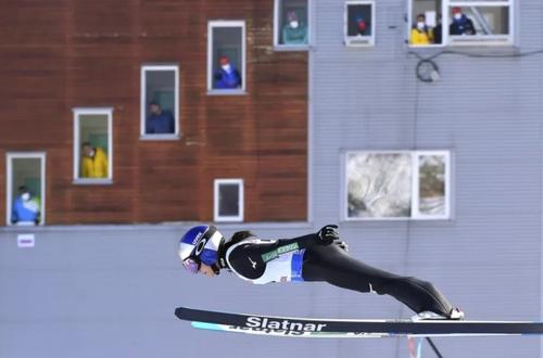 پرش اسکی باز زن ژاپنی در جریان مسابقات جام جهانی اسکی پرش در رومانی/ آسوشیتدپرس