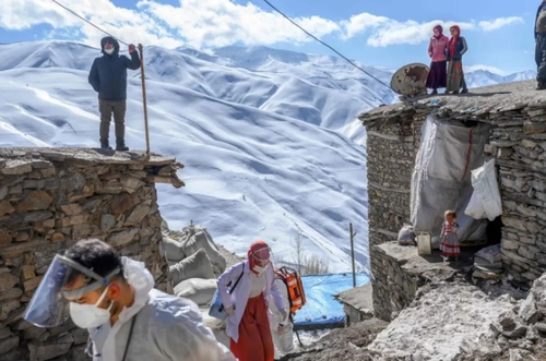 ورود اعضای کادر درمان به روستایی صعب العبور در شرق ترکیه برای واکسیناسیون افراد بالای 65 سال بر ضد کرونا/ خبرگزاری فرانسه