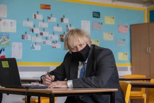 حضور بوریس جانسون نخست وزیر بریتانیا در یک کلاس آنلاین در نخستین روز بازگشایی مدارس بریتانیا در شهر لندن/ تایمز