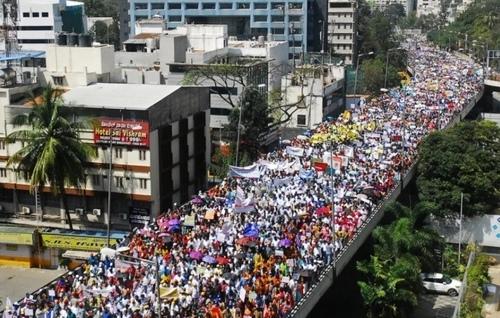 اعتراض معلمان و کارکنان شاغل در مدارس خصوصی هند در ایالت بنگلور به دستور حکومت محلی برای کاهش 30 درصدی دریافتی مدارس خصوصی از دانش آموزان/ EPA