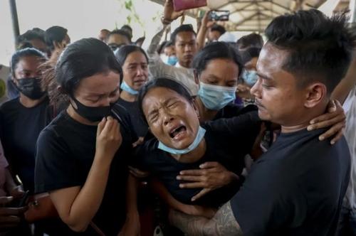 گریه یک زن در مراسم تشییع همسرش که در تظاهرات اعتراضی برضد کودتای نظامی در میانمار در شهر ماندالای به دست نیروهای ارتش کشته شده است./ آسوشیتدپرس